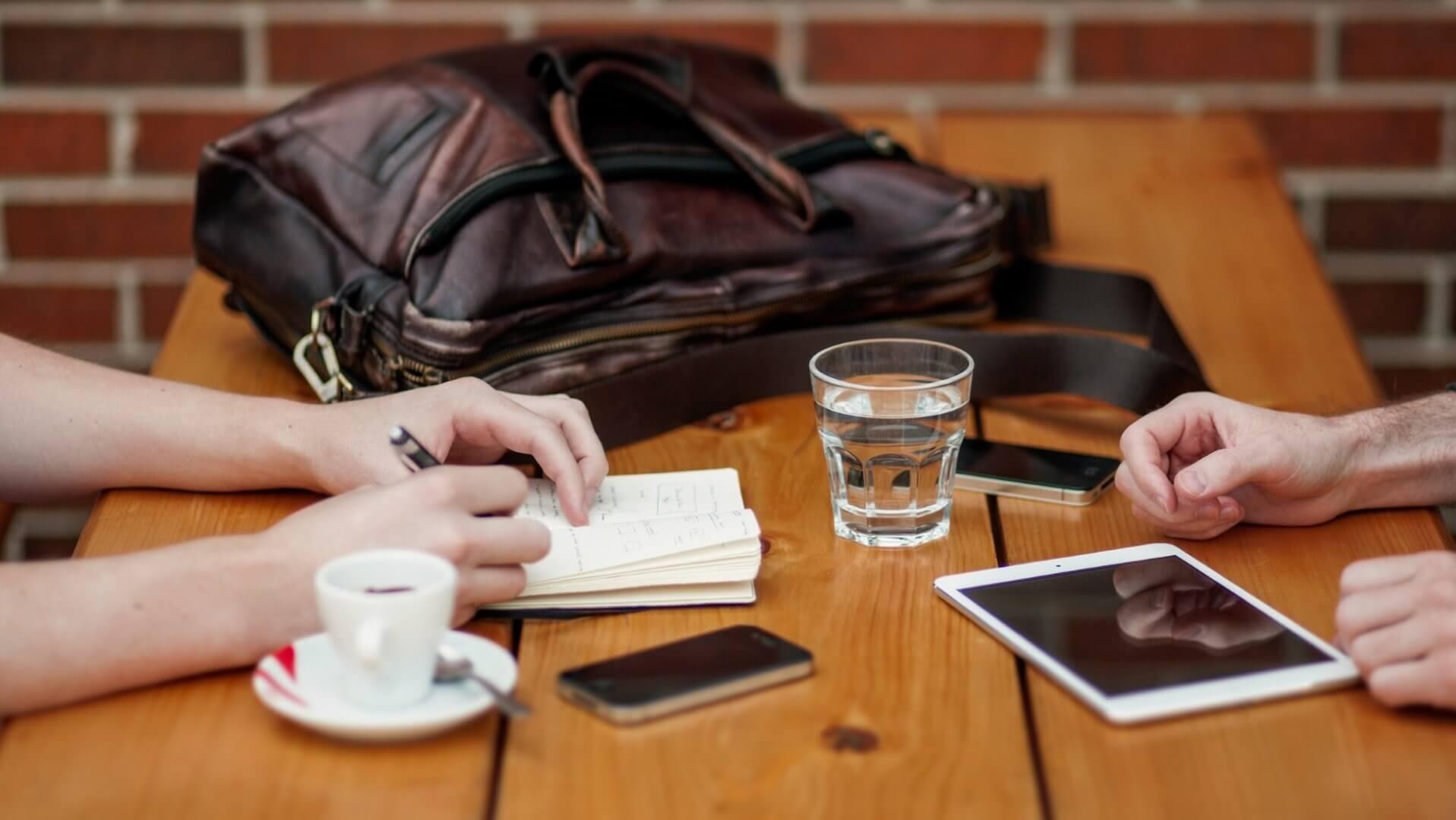 Ein Tisch mit Kaffeetassen und mobilen Endgeräten