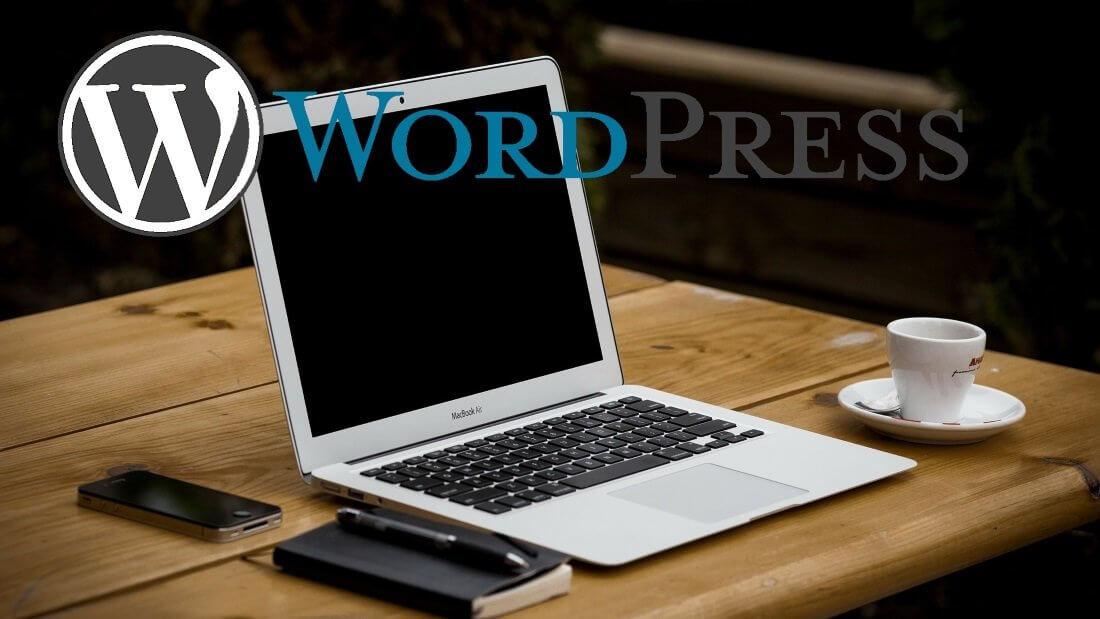 """Ein Laptop, eine Kaffeetasse und der Schriftzug """"WordPress"""""""