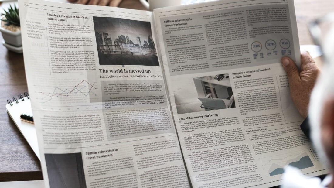 Eine aufgeschlagene Zeitung voller Artikel