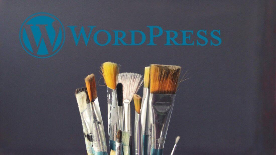 Ein Bündel Pinsel zusammen mit dem WordPress Logo