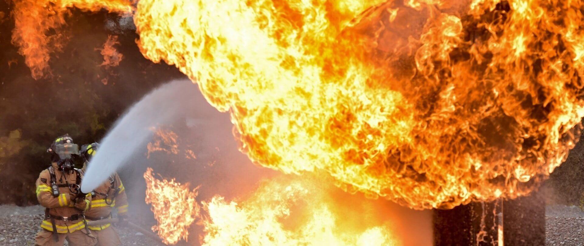 2 Feuerwehrmänner löschen einen großen Brand