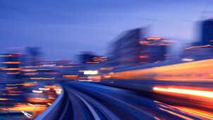 Sub­way tun­nel with Moti­on blur of a city from insi­de, mono­rail in Tokyo